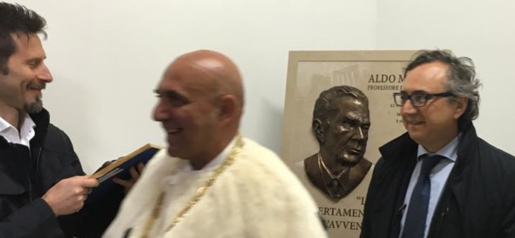 L'artista Domenico Velletri e la città di Bisceglie donano bassorilievo dedicato ad Aldo Moro all'Università di Bari