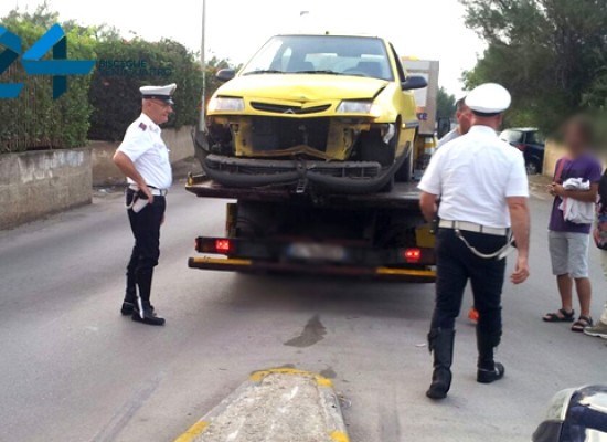 Altro incidente ad una rotatoria, auto sullo spartitraffico in via Don Pancrazio Cucuzziello