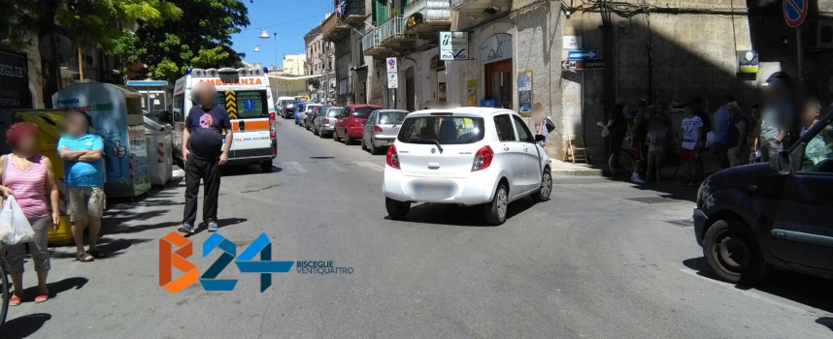 Corso Umberto, donna cade dal motociclo e finisce al pronto soccorso
