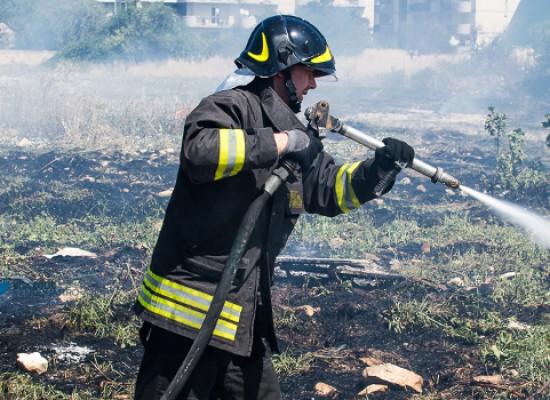 Vasto incendio su via Padre Kolbe, intervengono due squadre dei vigili del fuoco /FOTO