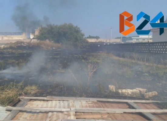 Incendio in un terreno vicino la seconda spiaggia, fumo crea disagi ai bagnanti