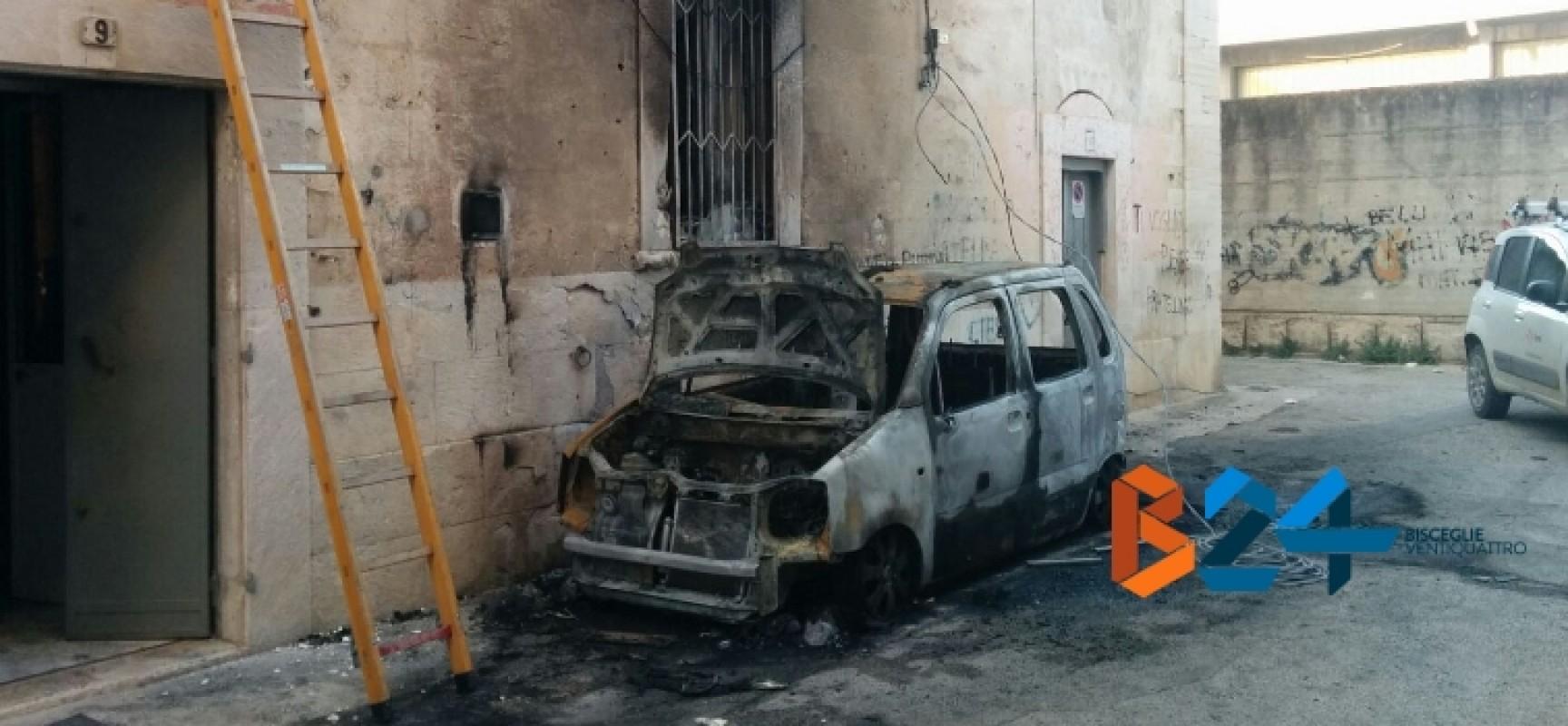 Auto prende fuoco in via Varese alle prime luci dell'alba, danneggiata palazzina / FOTO