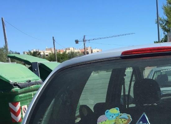 Lastre di vetro abbandonate vicino ai cassonetti di via Crosta, multato un 65enne