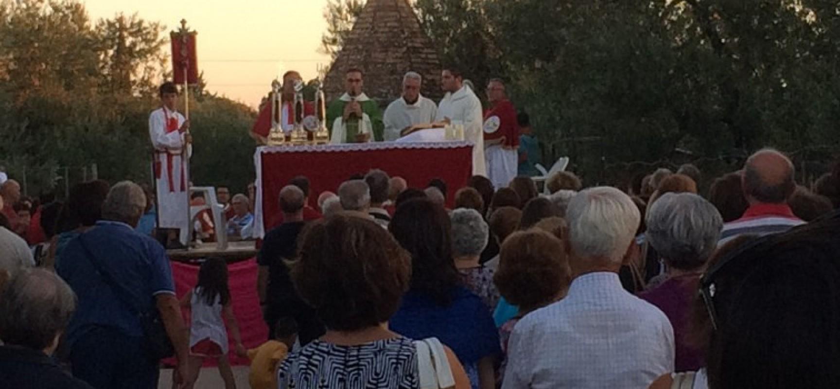 """Si rinnova il rito della processione alla """"Pedata dei Santi"""" in via Sagina / FOTO"""