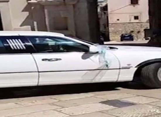 Limousine affittata per le nozze giunge in Cattedrale tenta la manovra impossibile