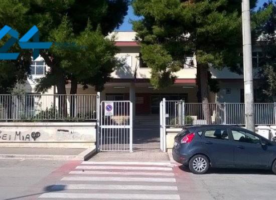 """Imbrattano pareti dell'Istituto """"Cosmai"""", fuggono all'arrivo della Polizia Municipale / FOTO"""