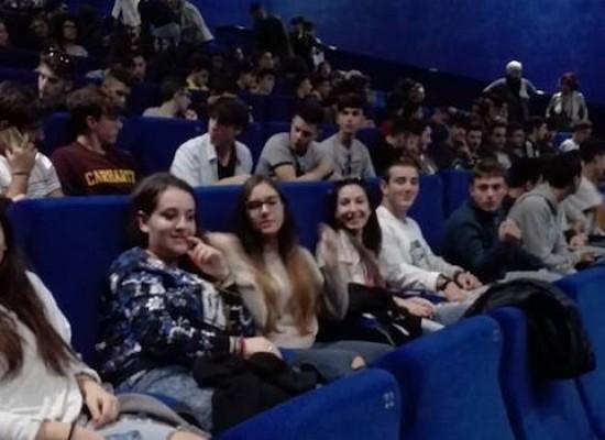 """I ragazzi dell'IISS """"Dell'Olio"""" al cinema per la manifestazione nazionale di Emergency"""