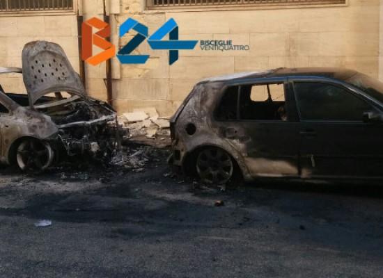 A fuoco due auto nella notte in via del Medioevo / FOTO