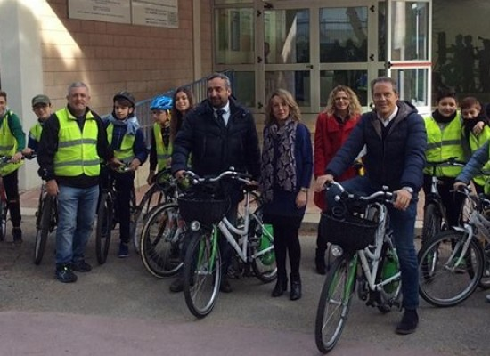 Bicistaffetta, il sindaco Spina e gli alunni della Monterisi promuovono i diritti dei bambini