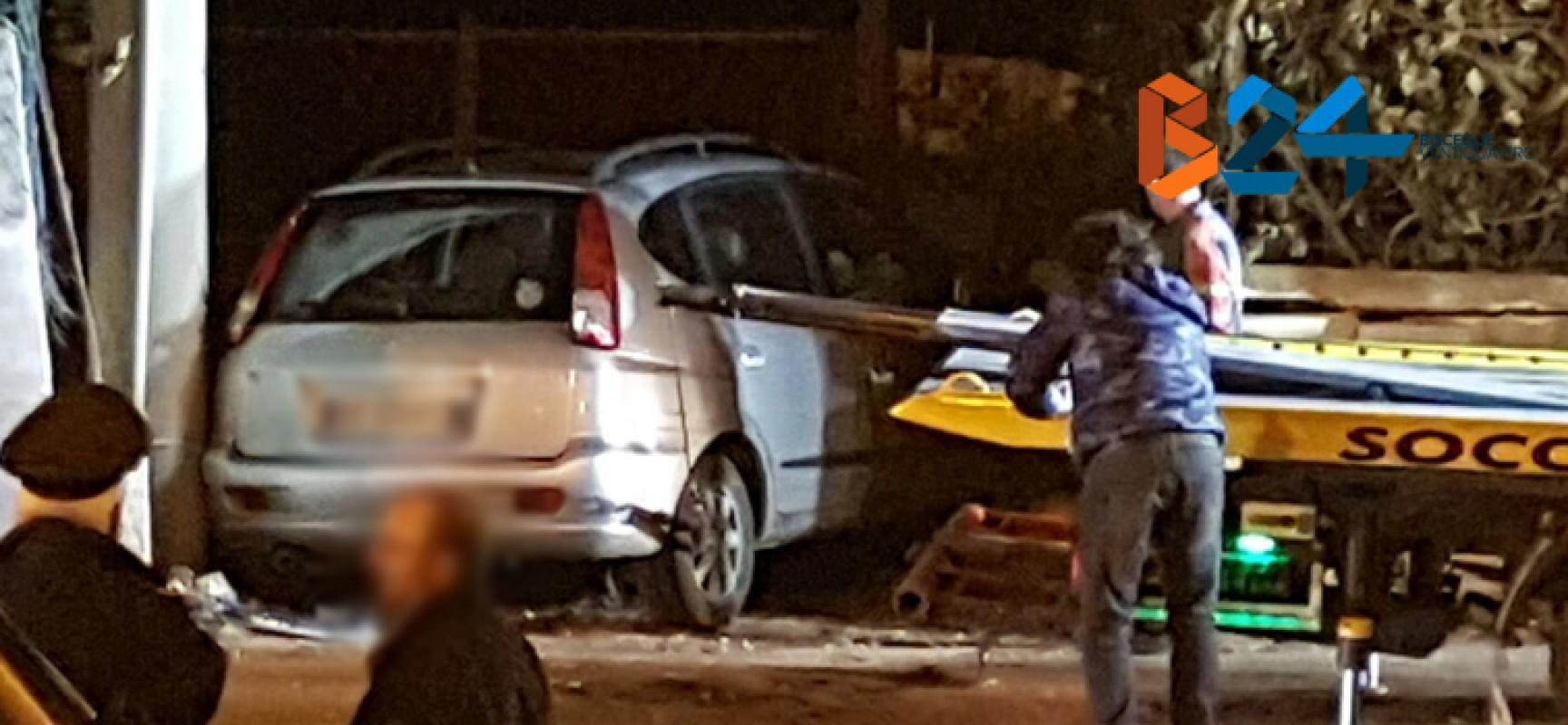 Incidente in via Imbriani, auto si incastra davanti a proprietà privata