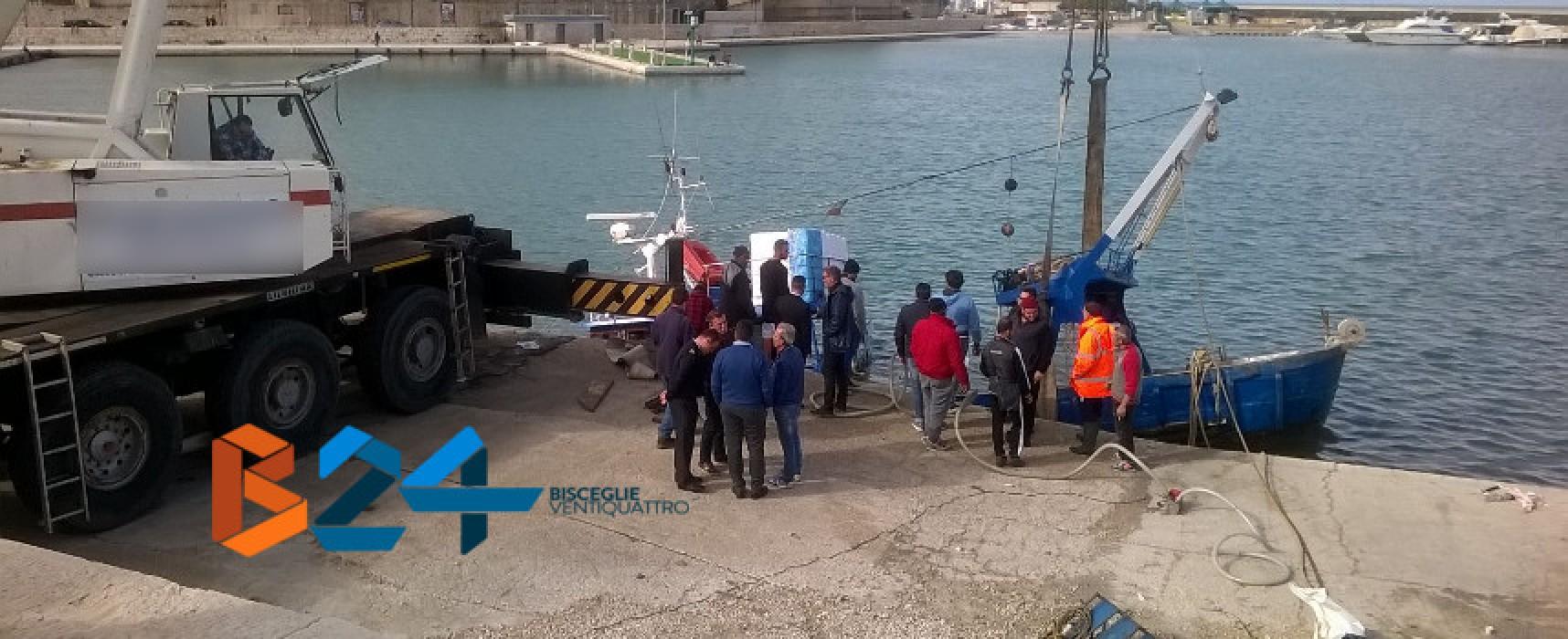 Incidente in mare, motopesca tranese rischia di affondare e approda a Bisceglie / VIDEO