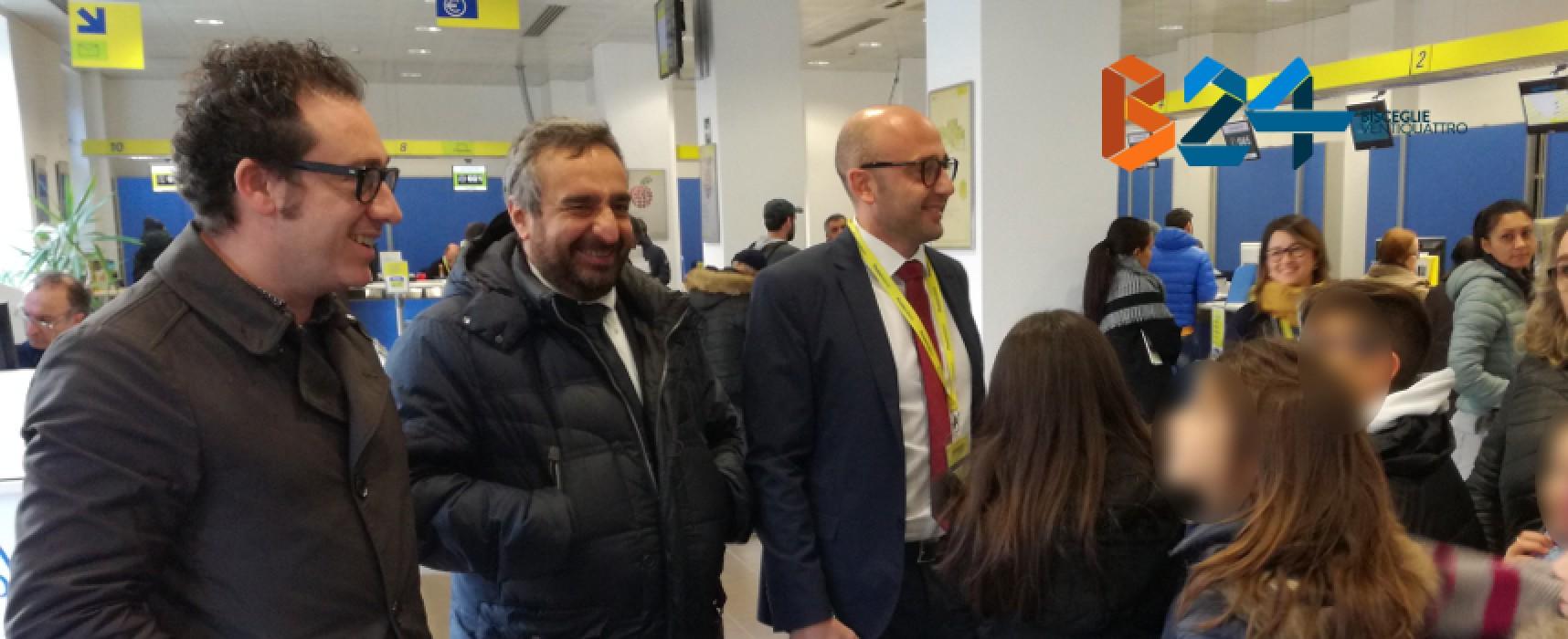 """Coda """"festosa"""" all'ufficio postale di via Gramsci: gli alunni della """"Via Fani"""" incontrano il direttore"""