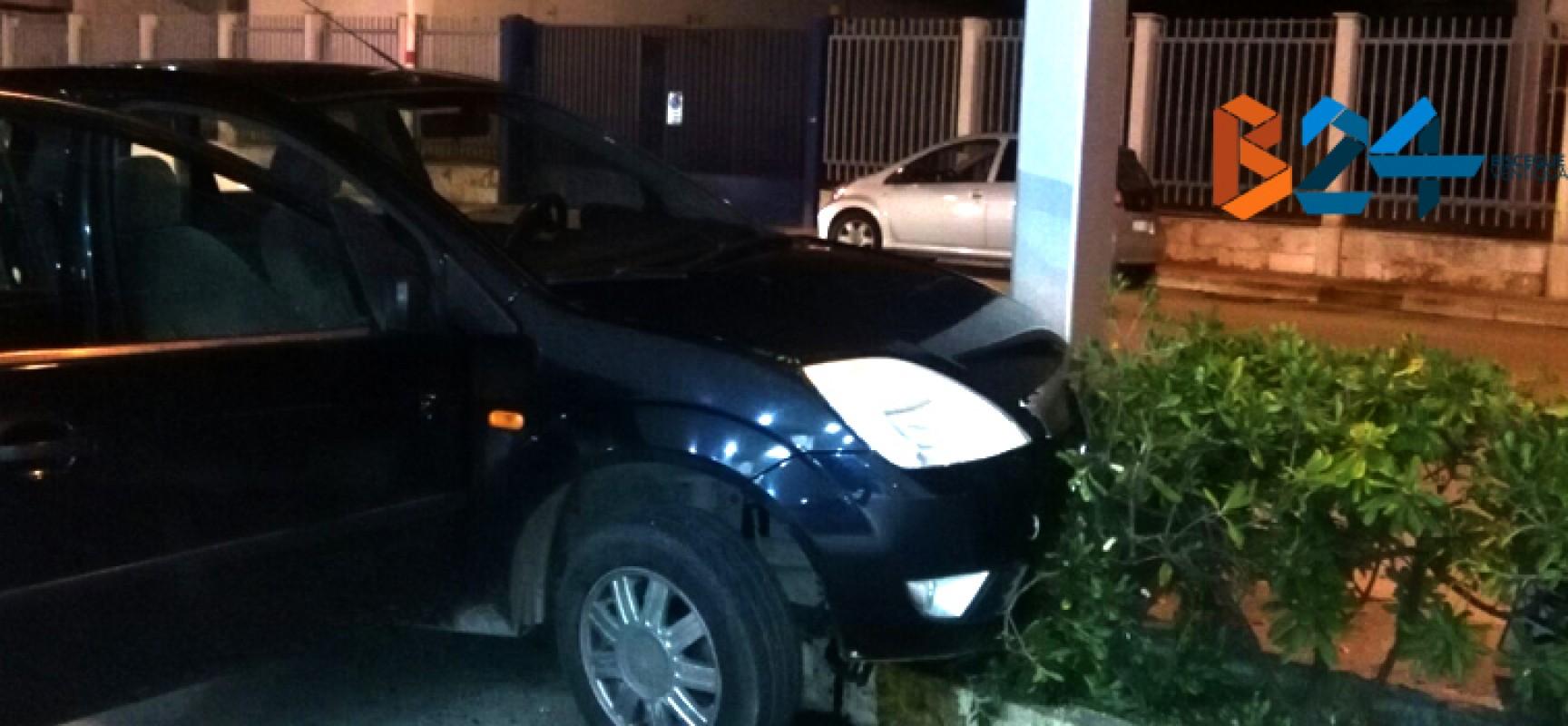 Incidente in via Giovanni Bovio, auto finisce su siepe / FOTO