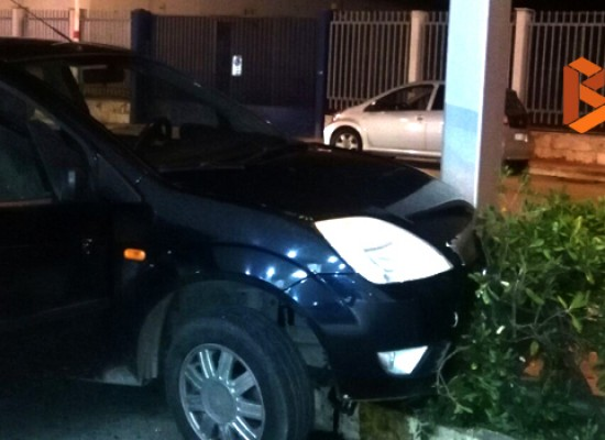 Incidente in via Giovanni Bovio, auto finisce su siepe / FOTO