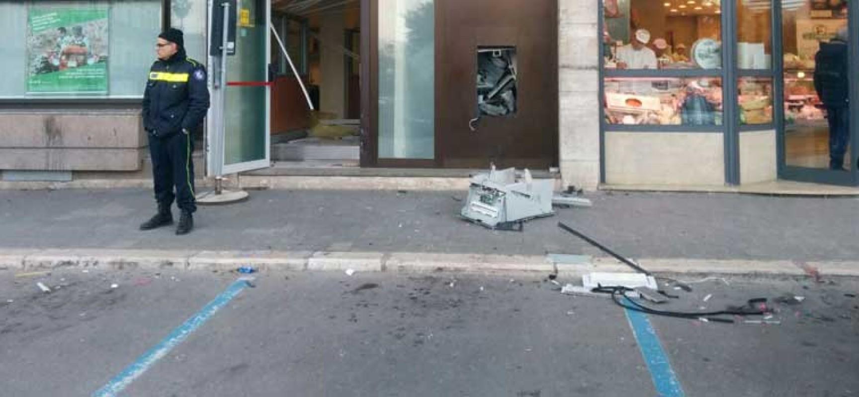 Bomba al bancomat del Banco di Napoli in piazza Vittorio Emanuele