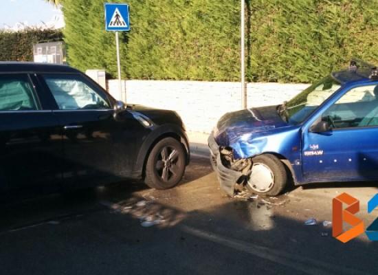Scontro tra due auto in via Pietro Bombini, due feriti