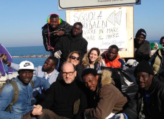 """""""Squola Garibaldi"""", iniziativa di pulizia delle spiagge con l'aiuto di migranti"""