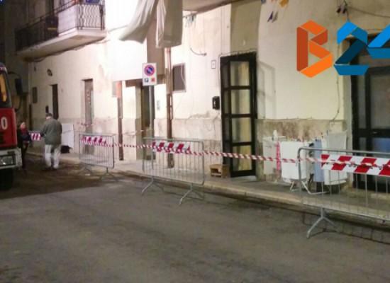 Cadono calcinacci in via Taranto, verifiche strutturali di vigili del fuoco e ufficio tecnico