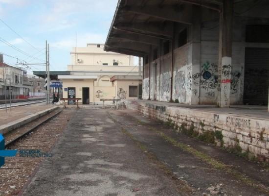 Pericolo all'ex scalo merci della stazione per la caduta di grossi calcinacci / FOTO
