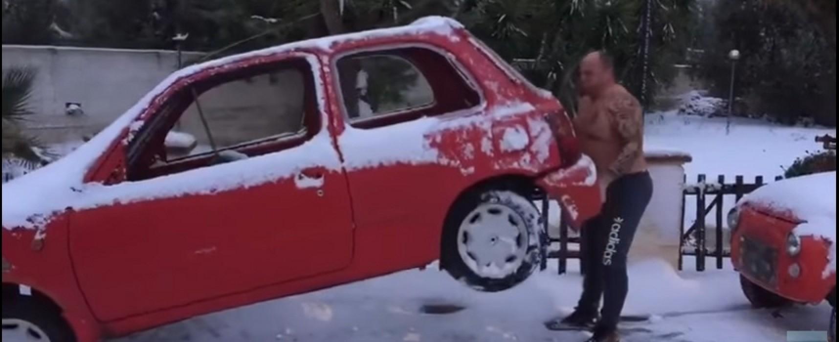 Cosimo Ferrucci solleva auto a torso nudo sotto la neve e il video diventa virale
