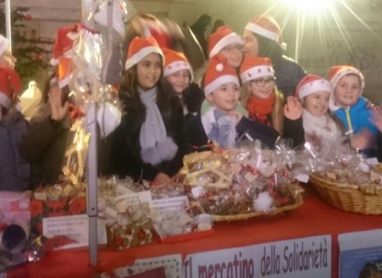 """Scuola """"De Amicis"""", donati in beneficenza i 1326 euro raccolti grazie ai mercatini di Natale"""