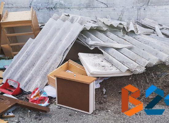 Discariche abusive: lastre eternit in via Crosta, zona artigianale sommersa dai rifiuti /FOTO