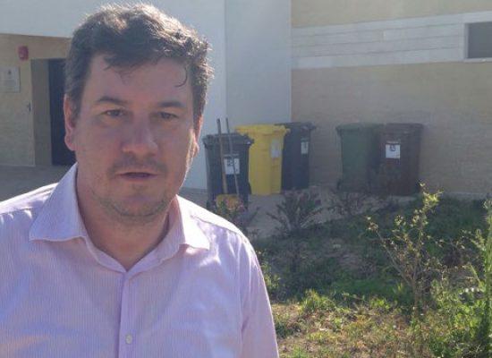 """Sergio Silvestris (FI) ripulisce dai rifiuti l'area esterna della scuola """"Don Pino Puglisi"""""""