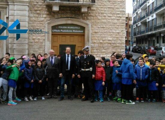 Polizia Municipale consegna attestati alle classi partecipanti al corso di educazione stradale / FOTO