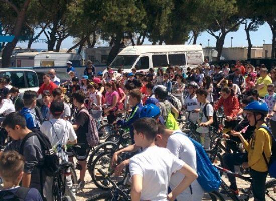"""Biciclettata per gli alunni della """"Battisti-Ferraris"""" in ricordo della piccola Monica Di Pinto"""