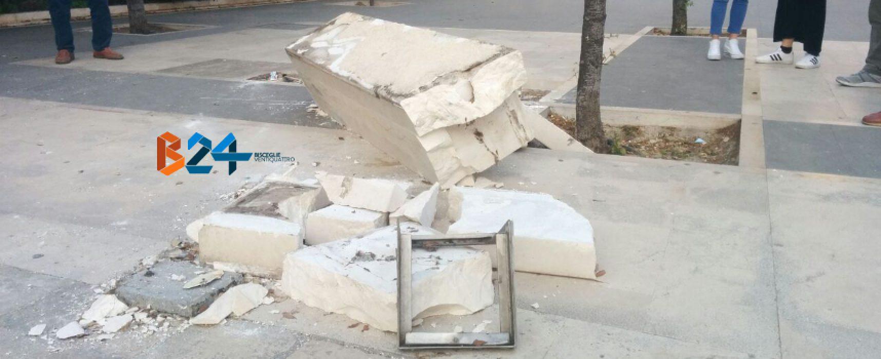 Divelta panchina di pietra in villa, indaga la polizia municipale / FOTO
