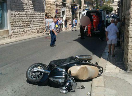 Scooter travolge pedone su via Giovanni Bovio
