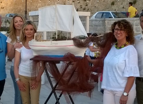 """I piccoli """"maestri d'ascia"""" della Dino Abbascià donano il veliero Gramagica al Museo del Mare / FOTO"""