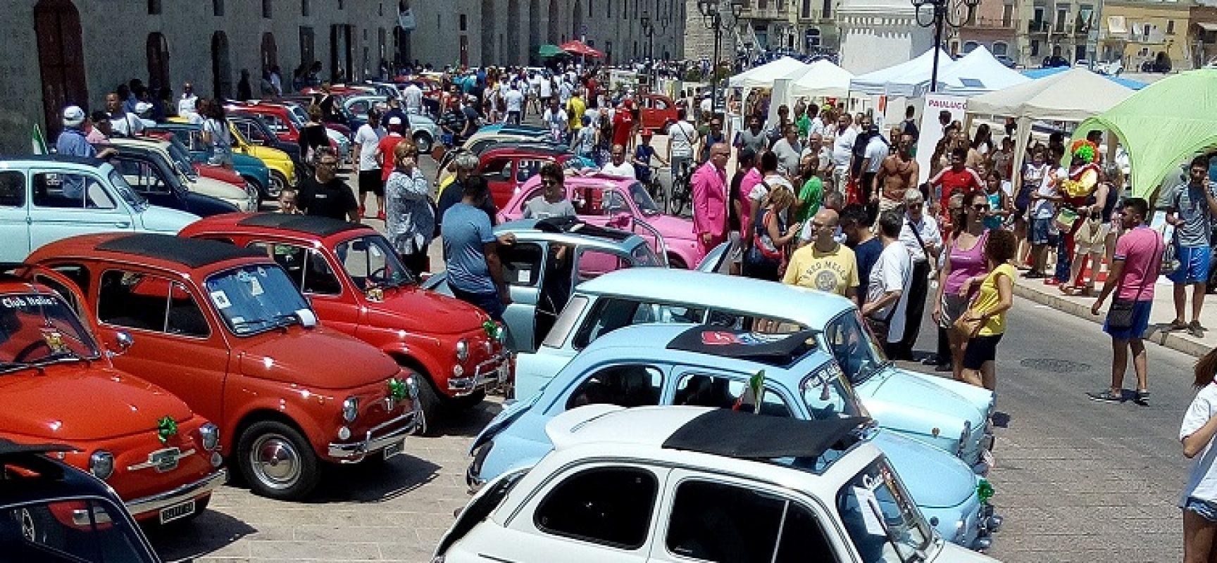 Le auto d'epoca del XVIII Raduno Fiat 500 colorano ed animano il waterfront