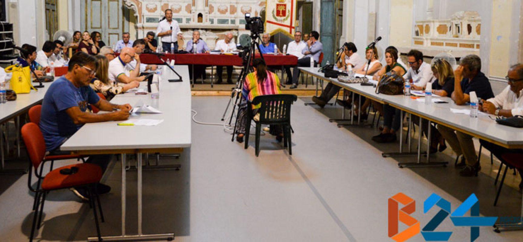 Consiglio comunale: maggioranza vota procedura di contestazione Spina, opposizione fuori dall'aula