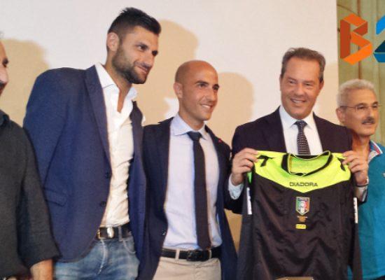 Il sindaco Spina premia l'assistente arbitro biscegliese di serie A Emanuele Prenna