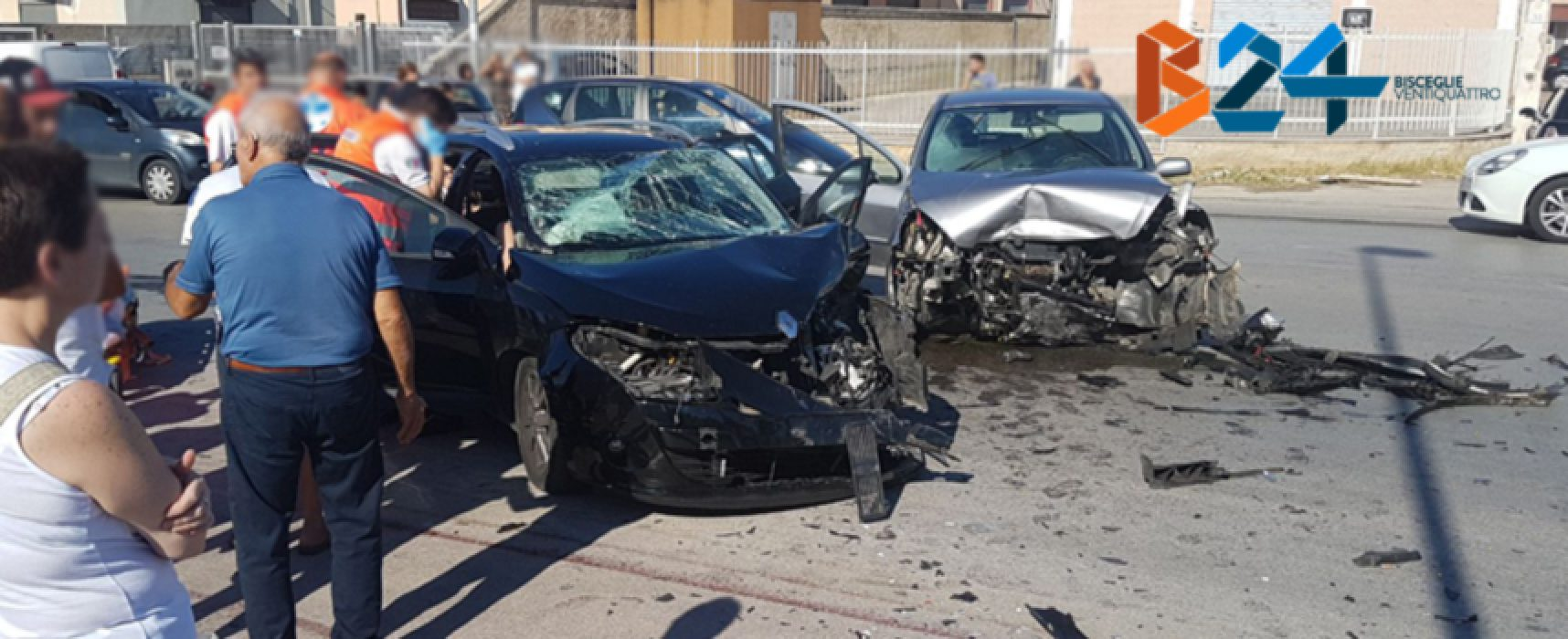 Violento frontale su via Ruvo, 6 feriti / FOTO
