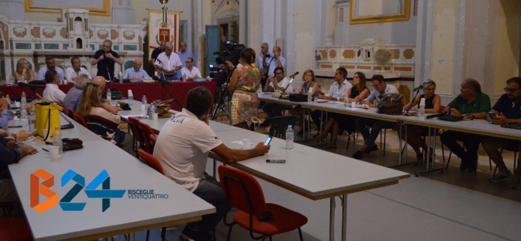 La maggioranza in consiglio comunale vota l'incompatibilità del sindaco Spina