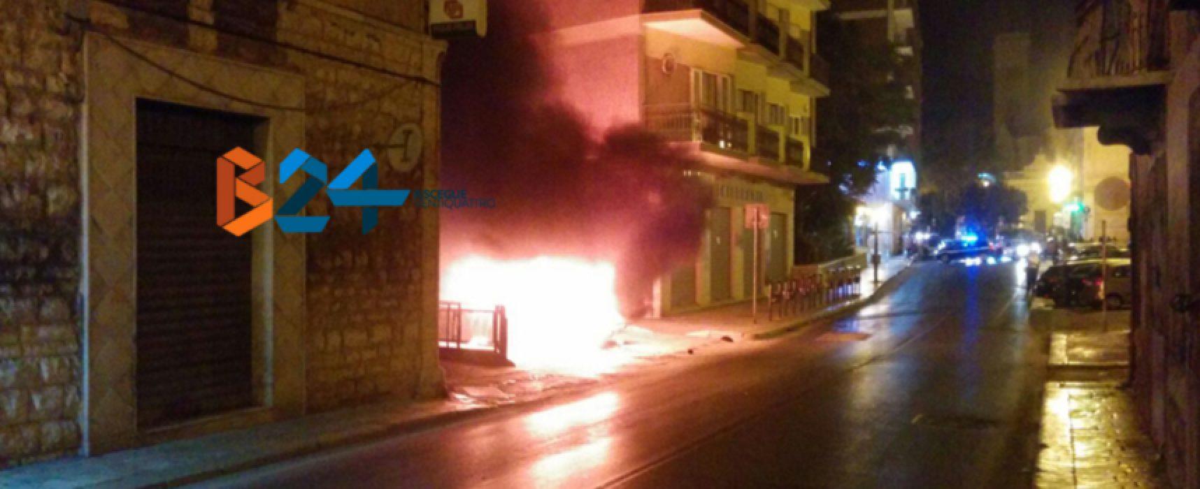 Auto a fuoco in via Giovanni Bovio / VIDEO
