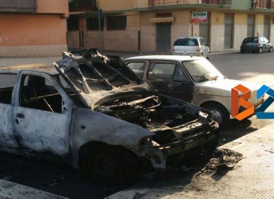 Auto in fiamme nella notte in via Galilei