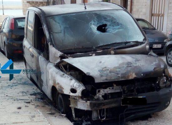 Auto in fiamme nella notte in via Trento