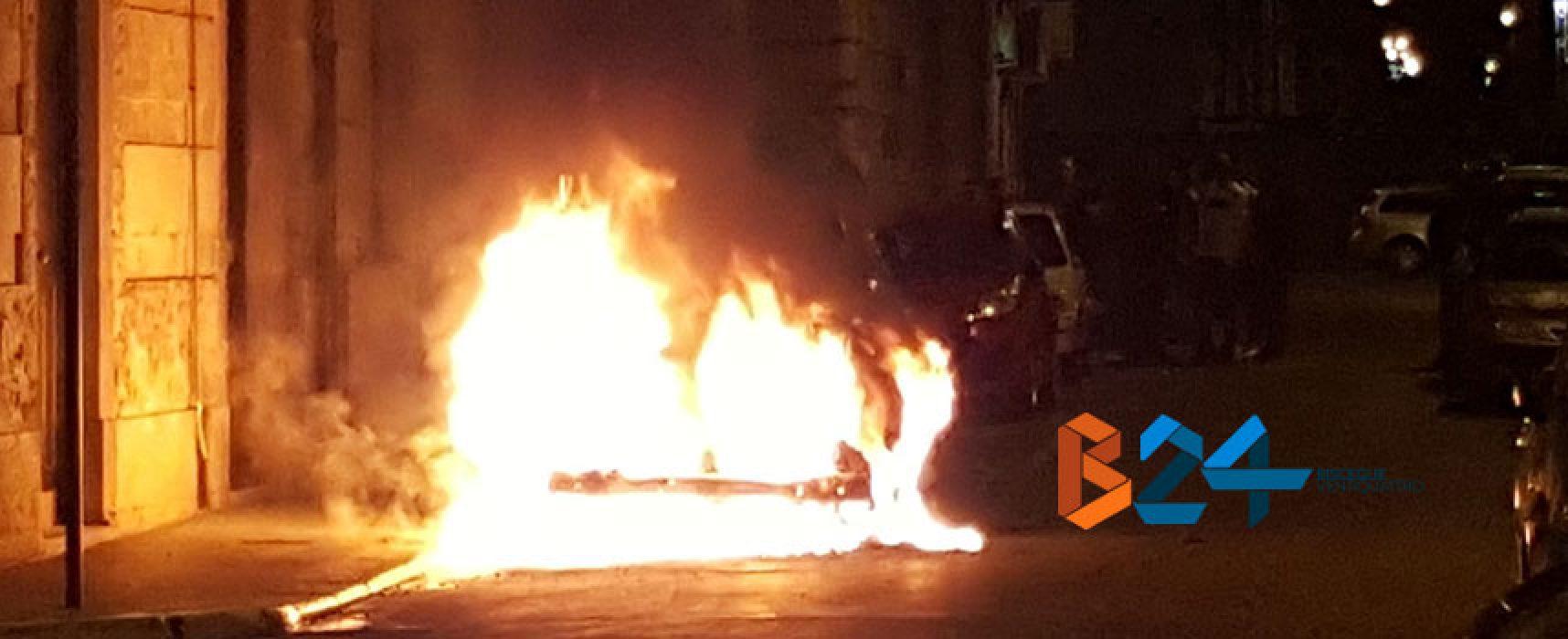Auto in fiamme nella notte in via De Gasperi / VIDEO