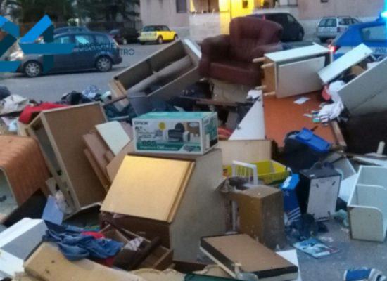Casa popolare occupata con la forza, cumulo di mobili e suppellettili in strada