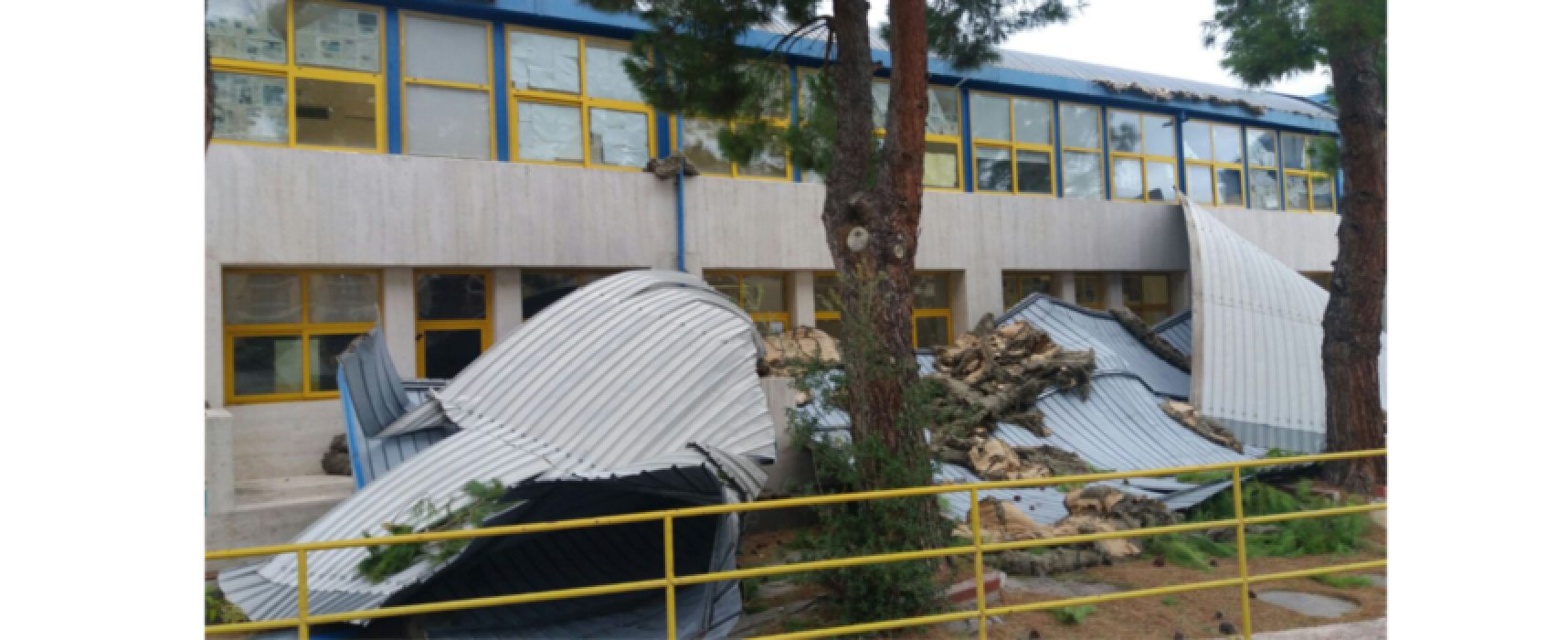 """Forte vento: tetto divelto all'istituto scolastico """"Dell'Olio"""", lezioni sospese"""