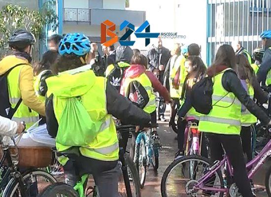 """Gli alunni della """"Monterisi"""" in bicicletta di scuola in scuola per la Giornata diritti infanzia / VIDEO"""