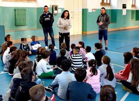 Rugby a scuola, i Bees continuano a promuovere la palla ovale e uno stile di vita sano