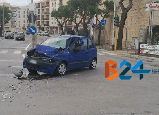 Incidente all'incrocio via Bovio-via della Libertà, 3 ragazze al pronto soccorso / FOTO