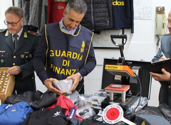 Maxi-deposito di merce contraffatta sequestrato a Bisceglie, una denuncia
