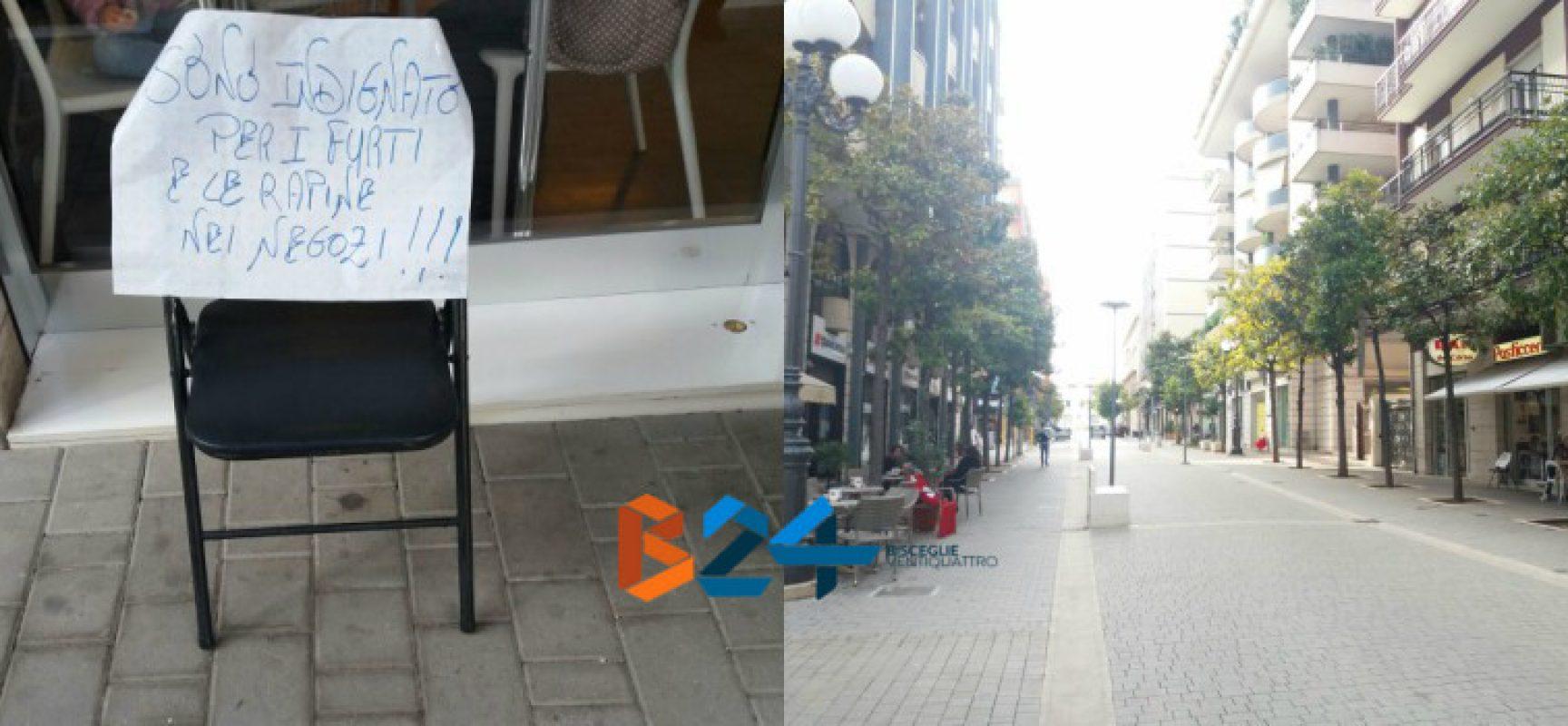 """Sedia con cartello """"indignato per furti e rapine"""", la protesta di un bar di via Aldo Moro"""