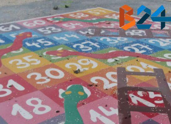 Incivili in azione nella 167, cocci di vetro sui giochi per bambini / FOTO
