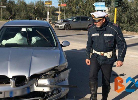 Scontro frontale tra due auto in via Imbriani / FOTO